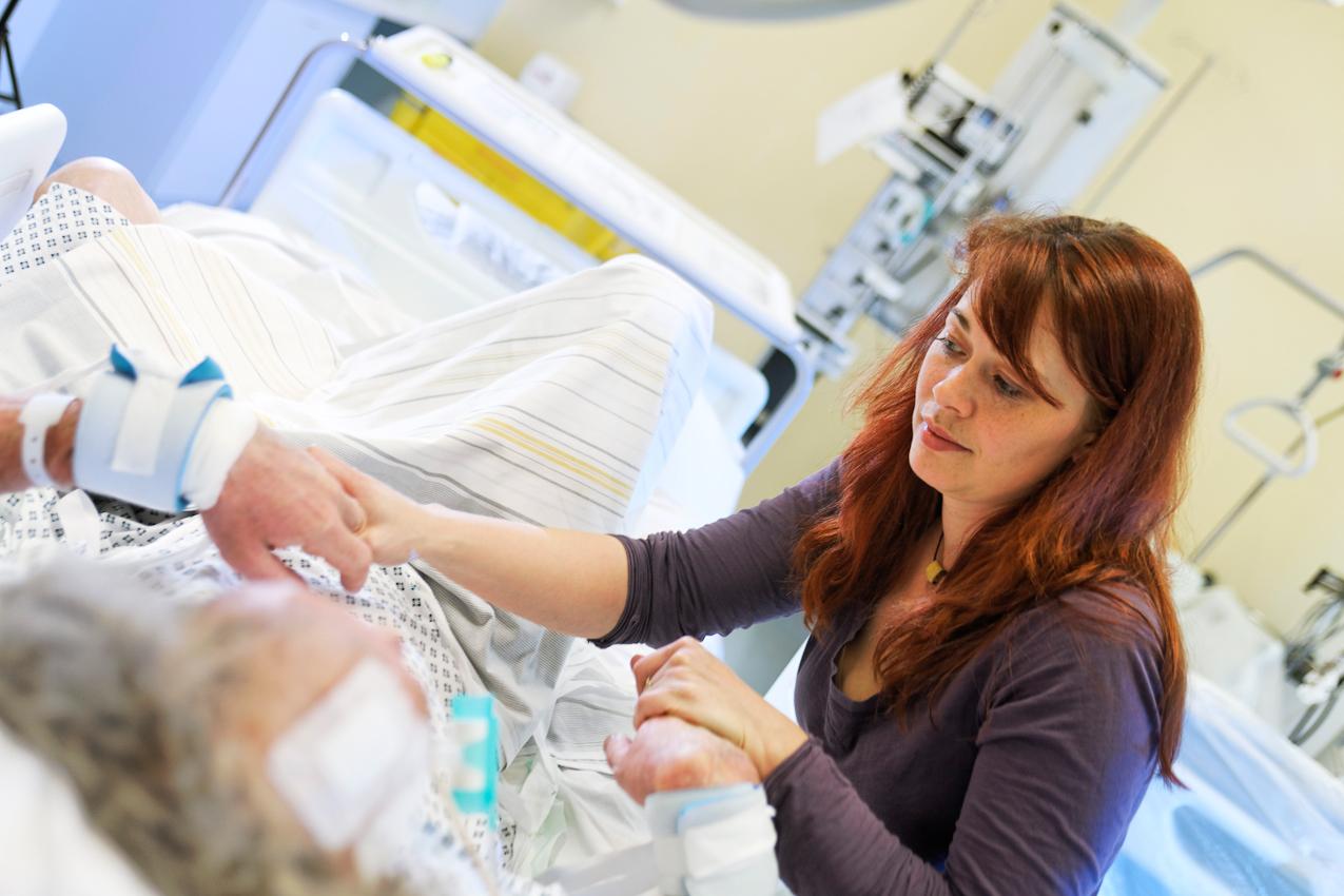 Der Patient ist wieder erwacht, die Tochter beim ersten Besuch. Auch überregional ist ein solches Intensivmedizinisches Zentrum wie in diesem ostsächsischen Schwerpunktkrankenhaus einmalig.