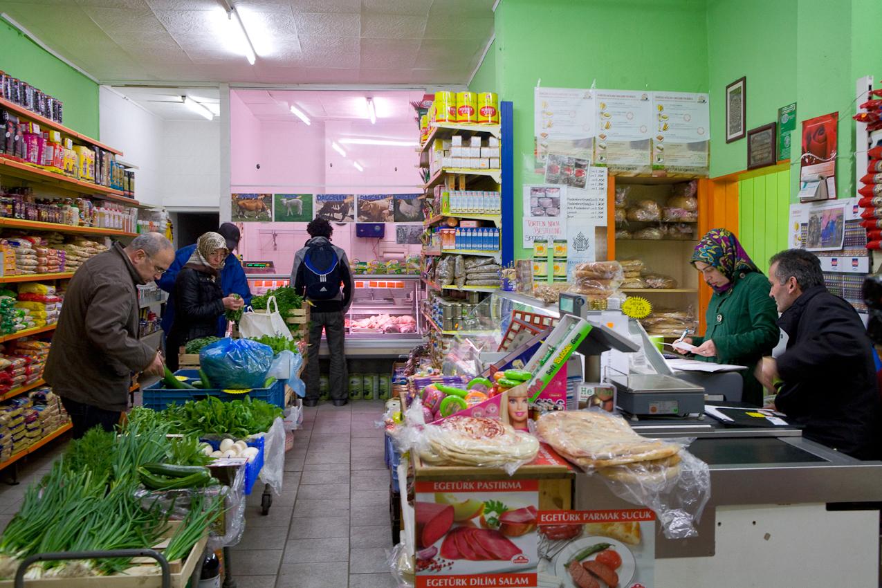 Nasuh Dagdelen (vorne rechts im Bild) ist Inhaber eines türkischen Lebensmittelladens in Hannover. Freitags helfen alle drei Generationen der Familie im Geschäft mit.