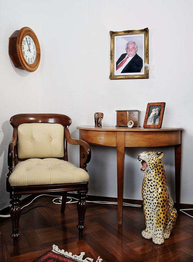 Portrait meiner an Alzheimer erkrankten Mutter. Leider war ihre Verfassung am 7. Mai 2010 sehr schlecht. Sie wollte nicht fotografiert werden. Daraufhin entschloss ich mich, ihren leeren Sessel als Symbol der Abwesenheit ihres Seins zu fotografieren.