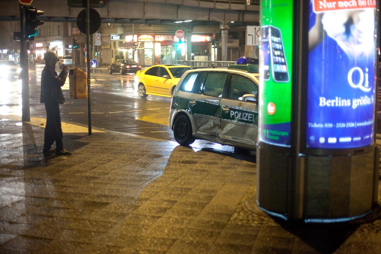 Berlin, 7. Mai 2010, 0.50 Uhr morgens. Potsdamerstr., Commerzbankfiliale hoehe Buelowstr. Ein Berliner Polizeiwagen ist auf dem Weg zum Einsatz von einem Privatpkw frontal gerammt worden. Jugendliche machen Handyfotos von dem Auto. Grund des Einsatzes: Es wurden verdaechtige Personen im Vorraum gemeldet.