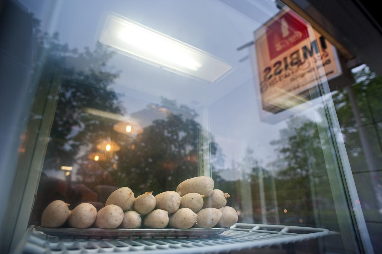 Im Schaufenster des Imbisses bei Schorsch liegen Wuerste zum braten bereit, aufgenommen am 07.05.2010 um 17:54, Beim Gruenen Jaeger 14, 20359 Hamburg.