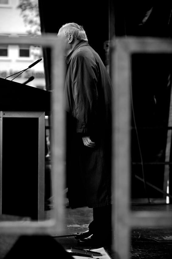"""Wahlkundgebung der Partei """"Die Linke"""" zur NRW Landtagswahl auf dem Heumarkt in Köln. Oskar Lafontaine hält eine Rede vor seinen Parteifreunden. Es ist einer seiner letzten Auftritte als Parteivorsitzender im Bundesvorstand der Linken."""