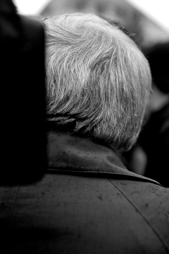 """Wahlkundgebung der Partei """"Die Linke"""" zur NRW Landtagswahl auf dem Heumarkt in Köln. Oskar Lafontaine verlässt die Bühne. Es war einer seiner letzten Auftritte als Parteivorsitzender im Bundesvorstand der Linken."""