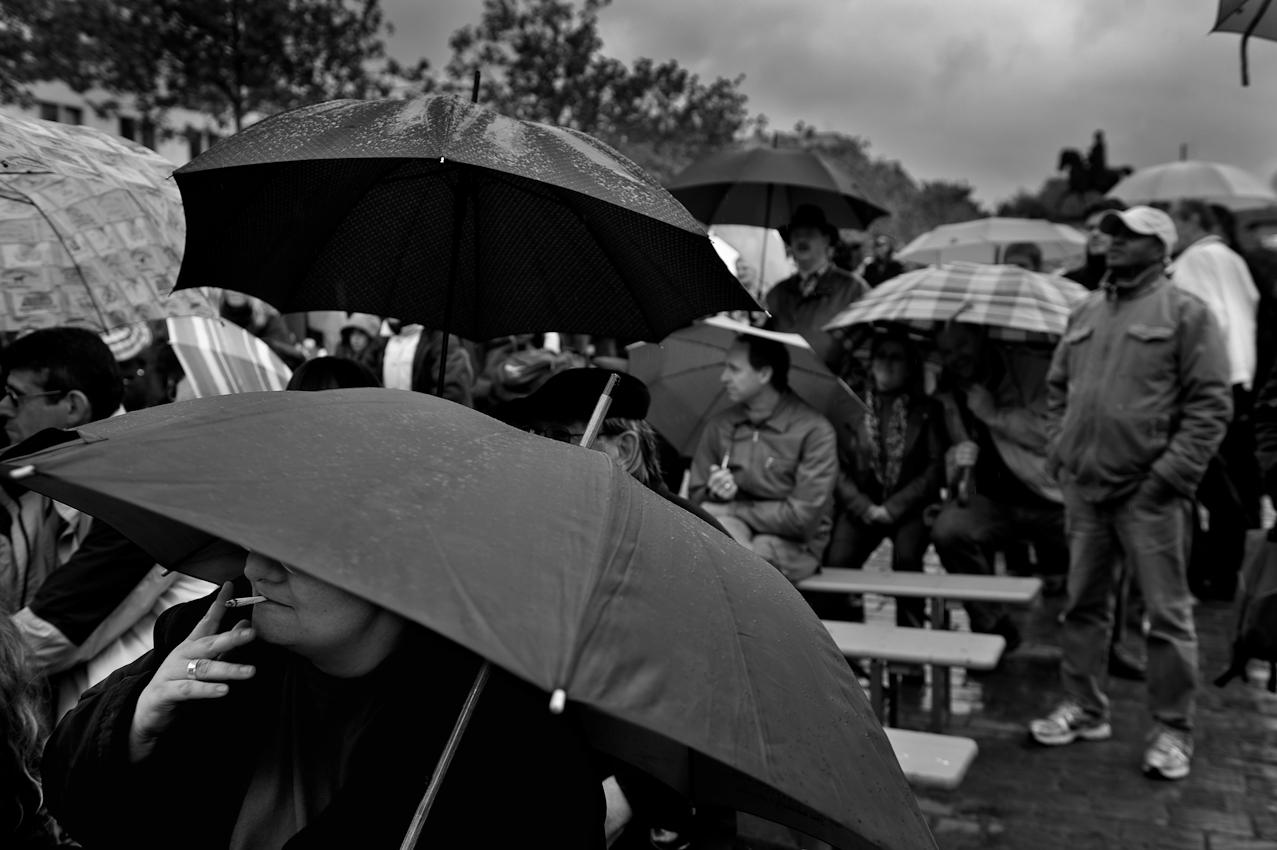 """Wahlkundgebung der Partei """"Die Linke"""" zur NRW Landtagswahl auf dem Heumarkt in Köln. Die Zuschauer beobachten bei strömenden Regen die Reden der Parteivorsitzenden Gregor Gysi und Oskar Lafontaine."""