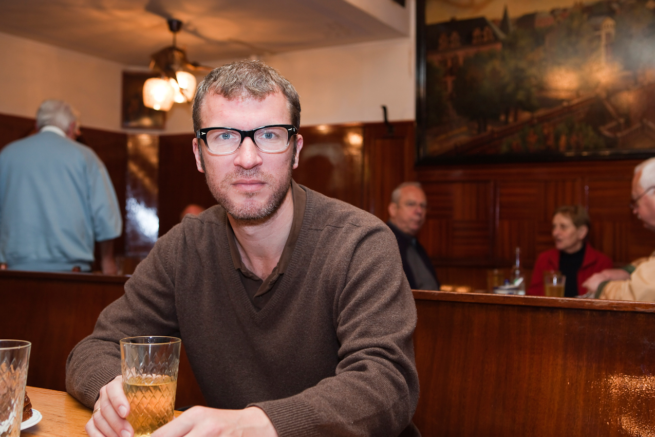 """Der Schriftsteller Andreas Maier in seinem Stammlokal """"Zum Gemalten Haus"""", einem traditionellen Apfelweinlokal in Frankfurt-Sachsenhausen"""