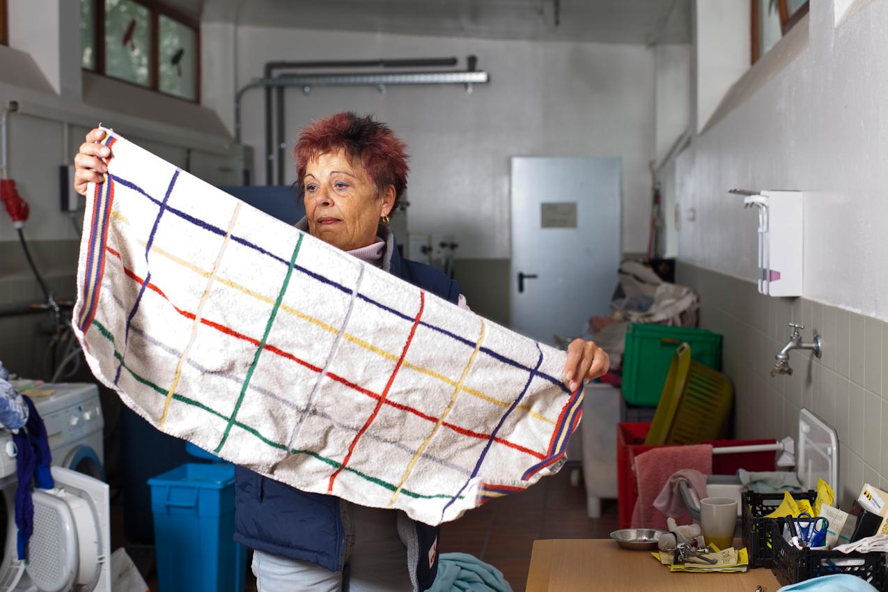 Heike Mitter, 61 Jahre, seit 2 Jahren im Tierheim München . Die gelernte Köchin wäscht täglich ca. 350 Kg Wäsche fur die verschiedenen Tiere. Das heißt, Decken, Kissen, Körbchen usw.