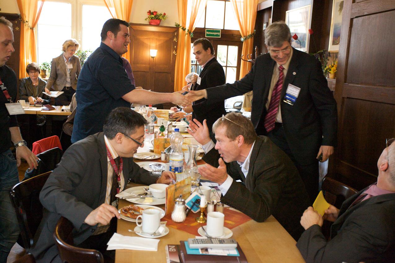 Nach dem Meeting nutzen diese Mitglieder noch die Zeit um zu Netzwerken.