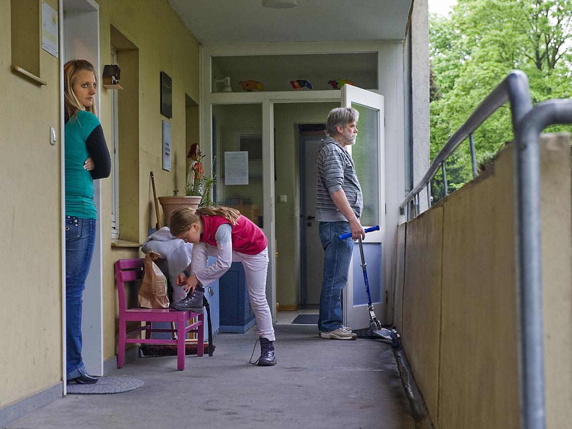"""Warten auf die Eltern: Eigentlich wollten Katharinas Eltern sie vom Hort abholen. Die Hort-Mitarbeiter Anne und Stefan warten einige Minuten, sclhießlich macht sich das Mädchen allein auf den Heimweg.  Der Hort, Dieselstraße 1, in Herford besteht seit 1989  als sozialpädagogische Tageseinrichtung fur Grundschulkinder. 2007 wurde er im Rahmen der Kampagne """"Deutschland Land der Ideen"""" vom Bundespräsidenten zu einem von 365 """"ausgewählten Orten. Bis 2008 unterlag der Hort dem Gesetz uber ,,Tagesstätten fur Kinder"""" (GTK), im seitdem in Nordrhein-Westfalen geltenden Kinderbildungsgesetzt sind Horte nicht mehr als Regeleinrichtungen erwähnt. Kommunale Sparzwänge bedrohen die Qualitat der Arbeit des vom lokalen Verein fur soziale Arbeit und Beratung getragenen Hortes zusätzlich."""
