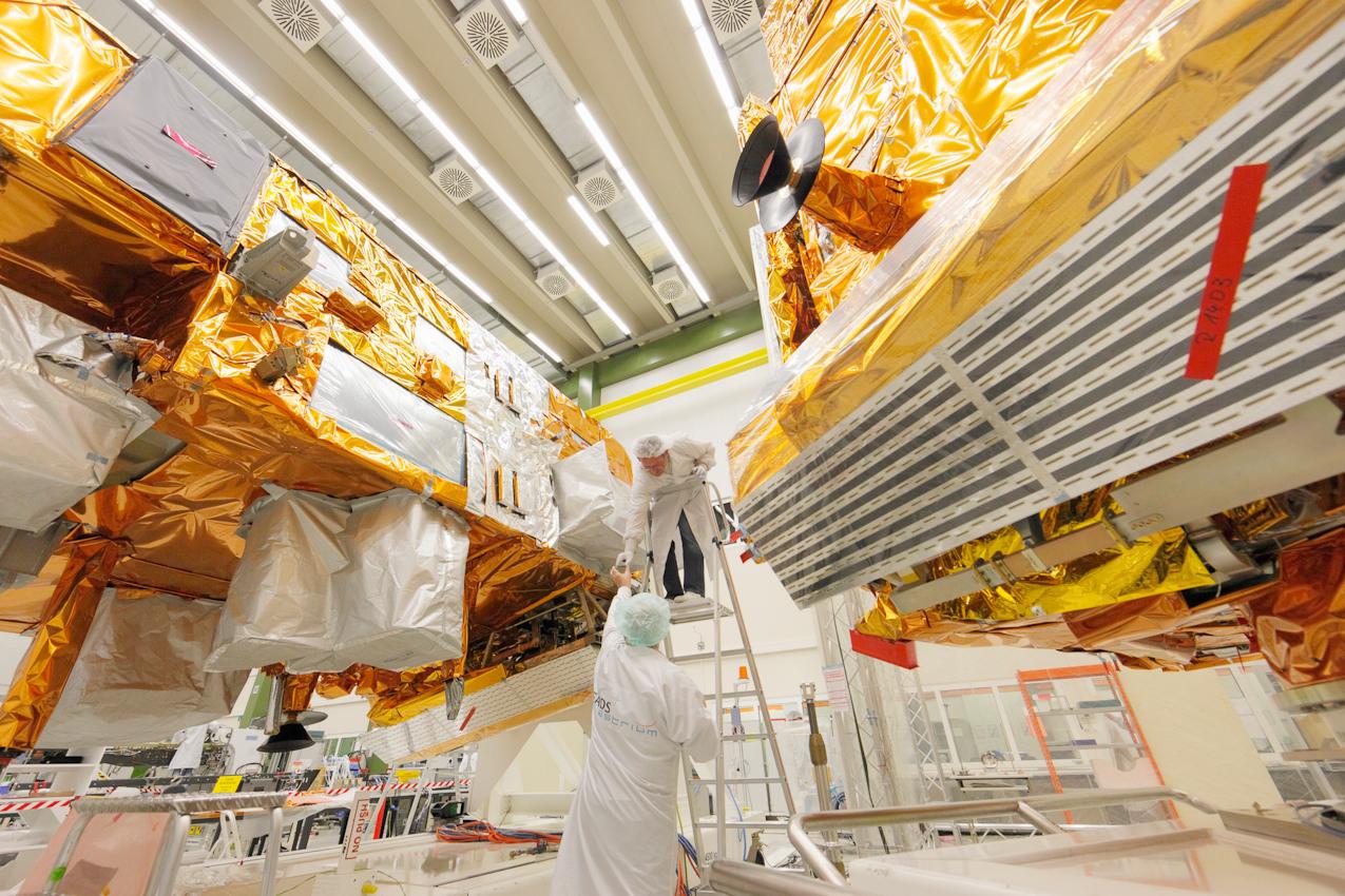 Bau von Erdbeobachtungssatelliten bei Astrium in Immenstaad bei Friedrichshafen, Arbeiten im Reinraum: Bau von 2 Wettersatelliten die aus einer polaren Umlaufbahn, aus zirka 820 km Hohe das Wetter beobachten werden, MetOp-A ist bereits seit 2006 im Weltall, hier werden gerade die beiden anderen Satelliten MetOp-B und MetOp-C gebaut. Neben der Meterologischen Datenerfassung dienen die MetOp Satelliten auch zur Umweltbeobachtung im Weltall (Untersuchung von geladenen Teilchen) Der Satellit kann zur humanitären Hilfe Notsignale empfangen und weitersenden.