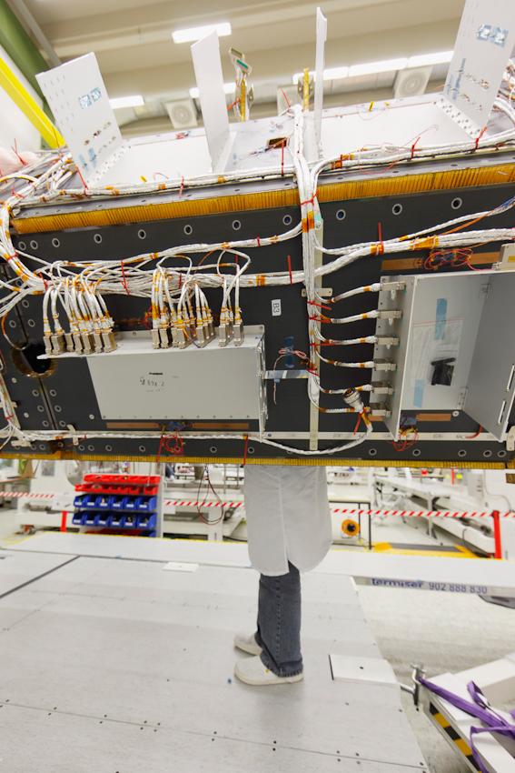 Bau eines Erdbeobachtungssatelliten bei EADS Astrium in Immenstaad bei Friedrichshafen, Arbeiten im Reinraum: Bau eines Radarsatelliten aus der TerraSAR-Familie,