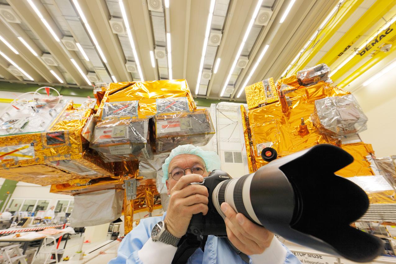 Arbeitsfoto: Frieder Blickle fotografiert im Reinraum den Bau von Erdbeobachtungssatelliten bei  Astrium in Immenstaad bei Friedrichshafen.