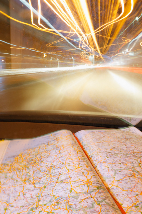 Lanzeitbelichtung wahrend der Autobahnfahrt in den Suden auf der A7. Die Kamera war auf dem Beifahrersitz auf ein Stativ montiert. Es wurden am frühen Morgen zirka 10 Minuten Autobahnfahrt belichtet. Inklusive eines kurzen Stopps am Rastplatz Ellwanger Berge.