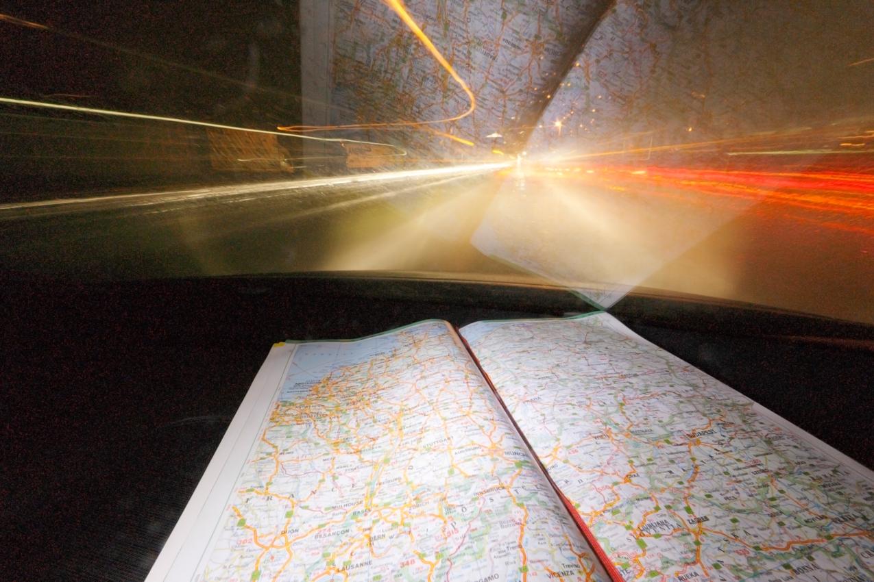 Lanzeitbelichtung während der Autobahnfahrt in den Süden auf der A7. Die Kamera war auf dem Beifahrersitz auf ein Stativ montiert. Es wurden am frühen Morgen zirka 17 Minuten Autobahnfahrt belichtet. In dieser Zeit ging die Fahrt von der Auffahrt Langenau über das Kreuz Ulm/Elchingen bis  zum Dreieck Hittisetten.