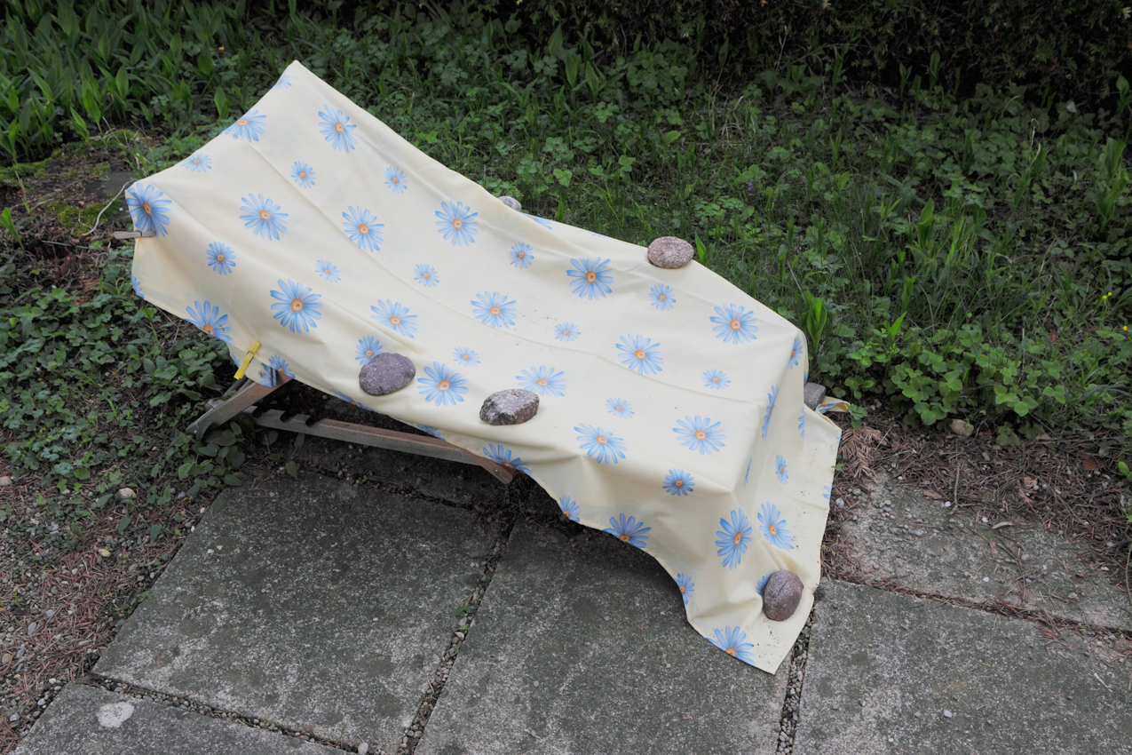 Mein Elternhaus: Oberschwaben, Meine Eltern sind beide 79 Jahre alt, verheiratet seit 1955: 4 Kinder. In ihrem Garten: Der gegen Regen abgedeckte Liegestuhl.