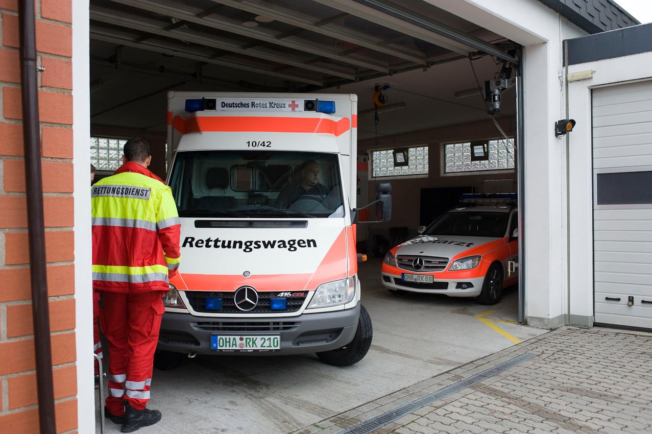 DRK-Rettungswache Osterode-Lasfelde. Der Rettungswagen ist vom Einsatz zurück und wird eingeparkt.