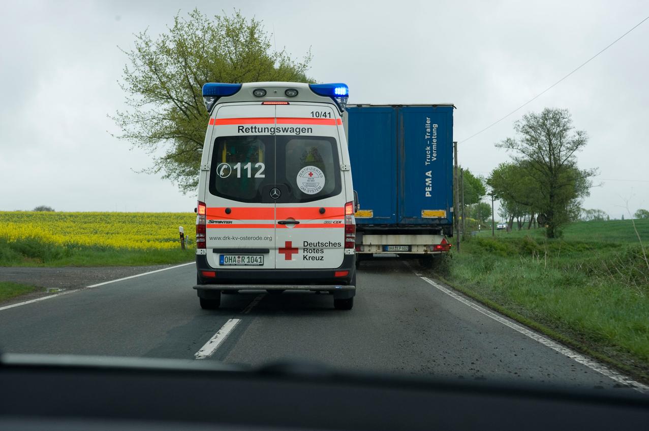 Rettungswagen im Notfalleinsatz. Mit dem Notfallpatienten auf dem Weg von Wulften in die Klinik nach Herzberg am Harz. Blick aus dem nachfolgenden Notarztwagen auf der Kreisstrasse nahe Hattorf am Harz.