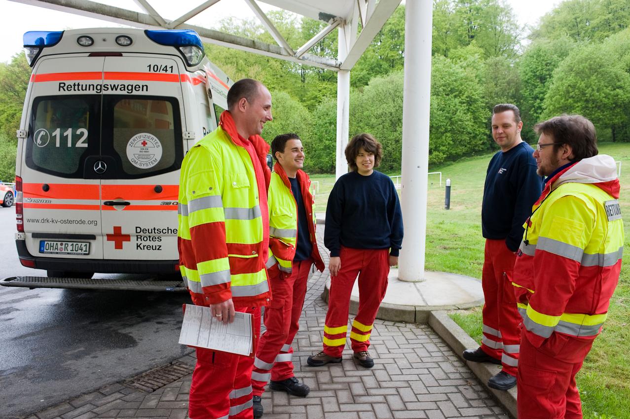 DRK-Rettungswagen an der Klinik Herzberg am Harz. Der Notfalleinsatz ist beendet und der Notarzt und die Crew der Rettungsassistenten sind zufrieden nach dem erfolgreichen Einsatz.