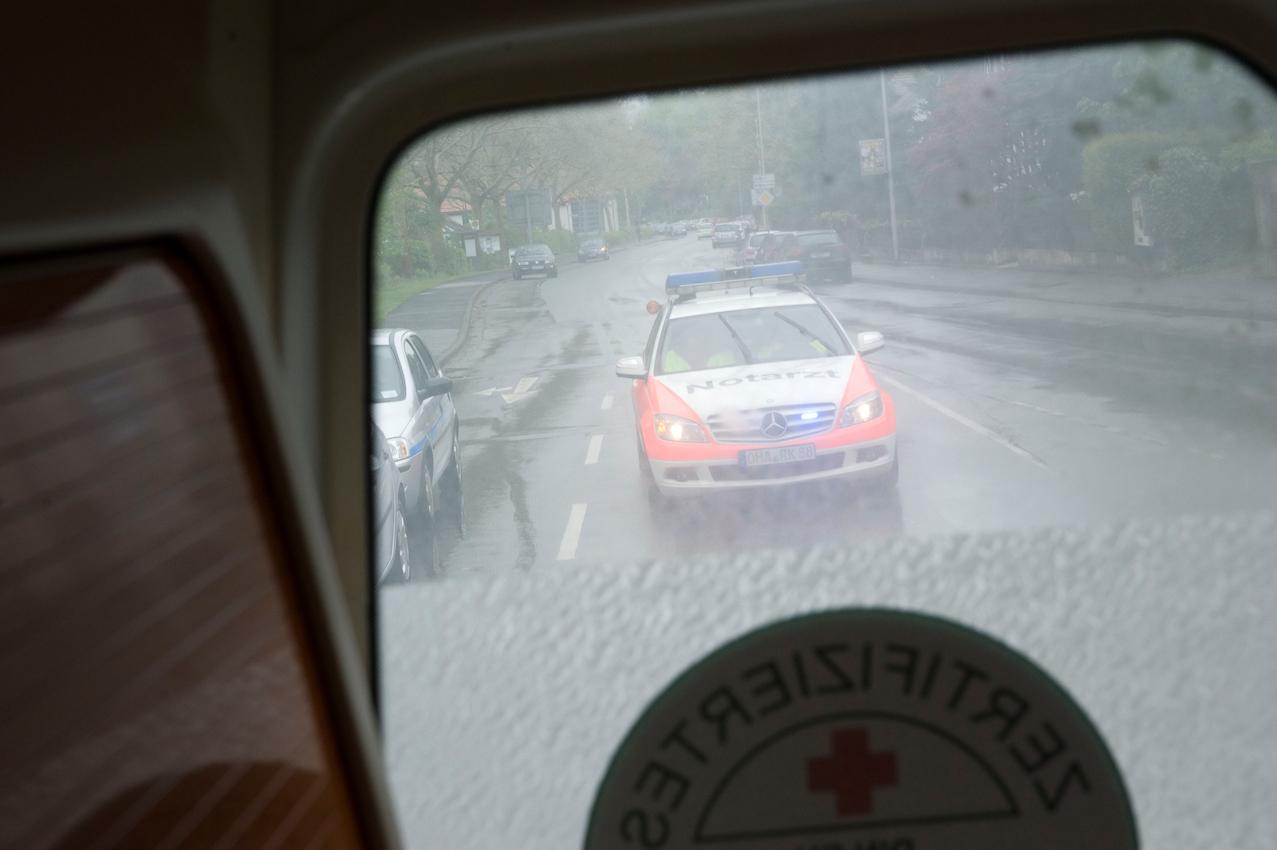 DRK-Rettungswagen im Notfalleinsatz in Osterode am Harz. Blick aus dem Rettungswagen auf den folgenden Notarztwagen.