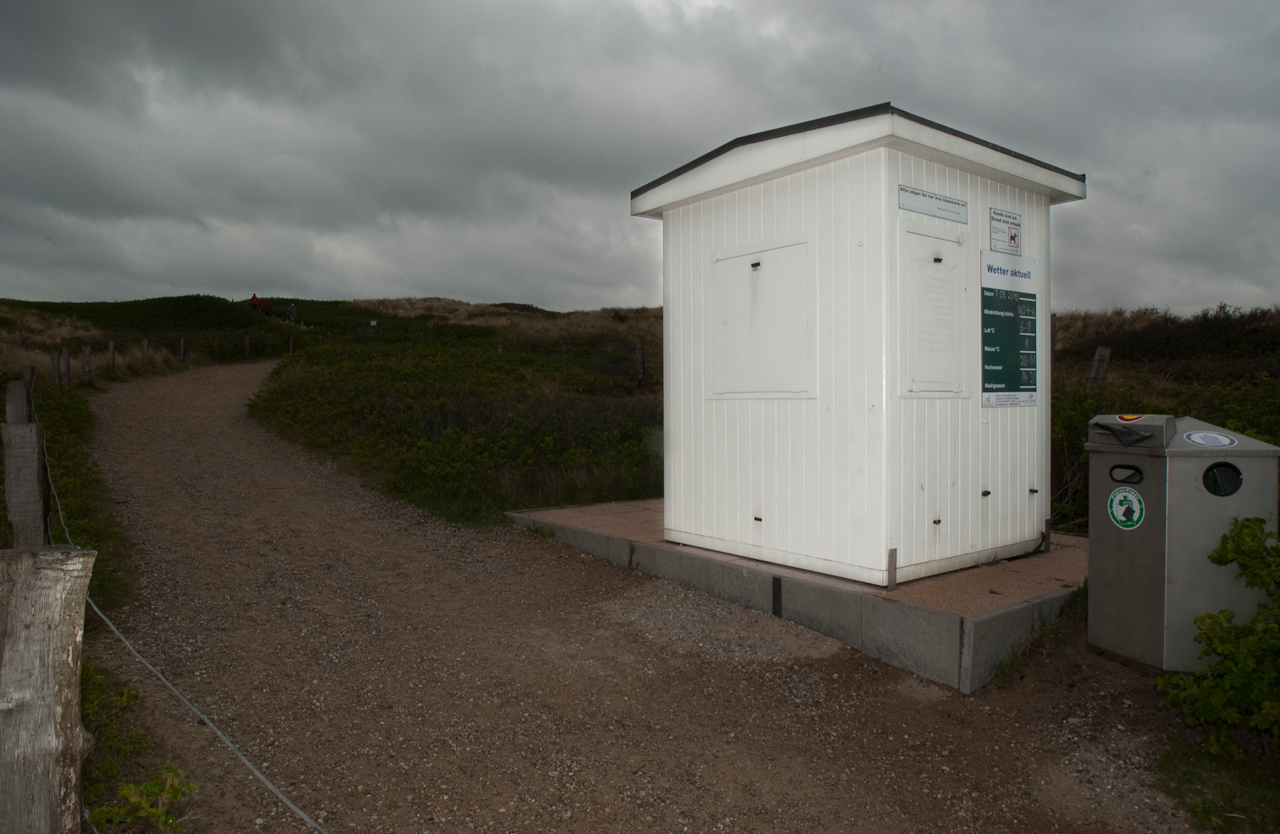 Ein Kontrollhäuschen am Strandübergang im Suden von Westerland auf Sylt steht verriegelt am Wegesrand. Es ist der 7. Mai, bitter kalt und grau.