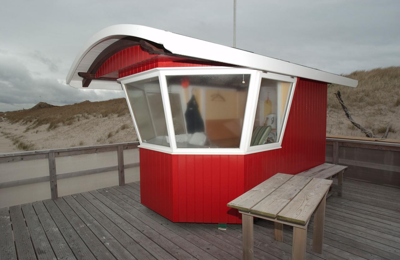 Das Rettungsschwimmer Häuschen am FKK  Strand an der Buhne 16 in Kampen auf Sylt steht verriegelt und mutterseelen alleine da. Weit und breit ist kein Mensch zu sehen. Am 7. Mai scheinen sogar die Hartgesottenen zuhause geblieben zu sein.