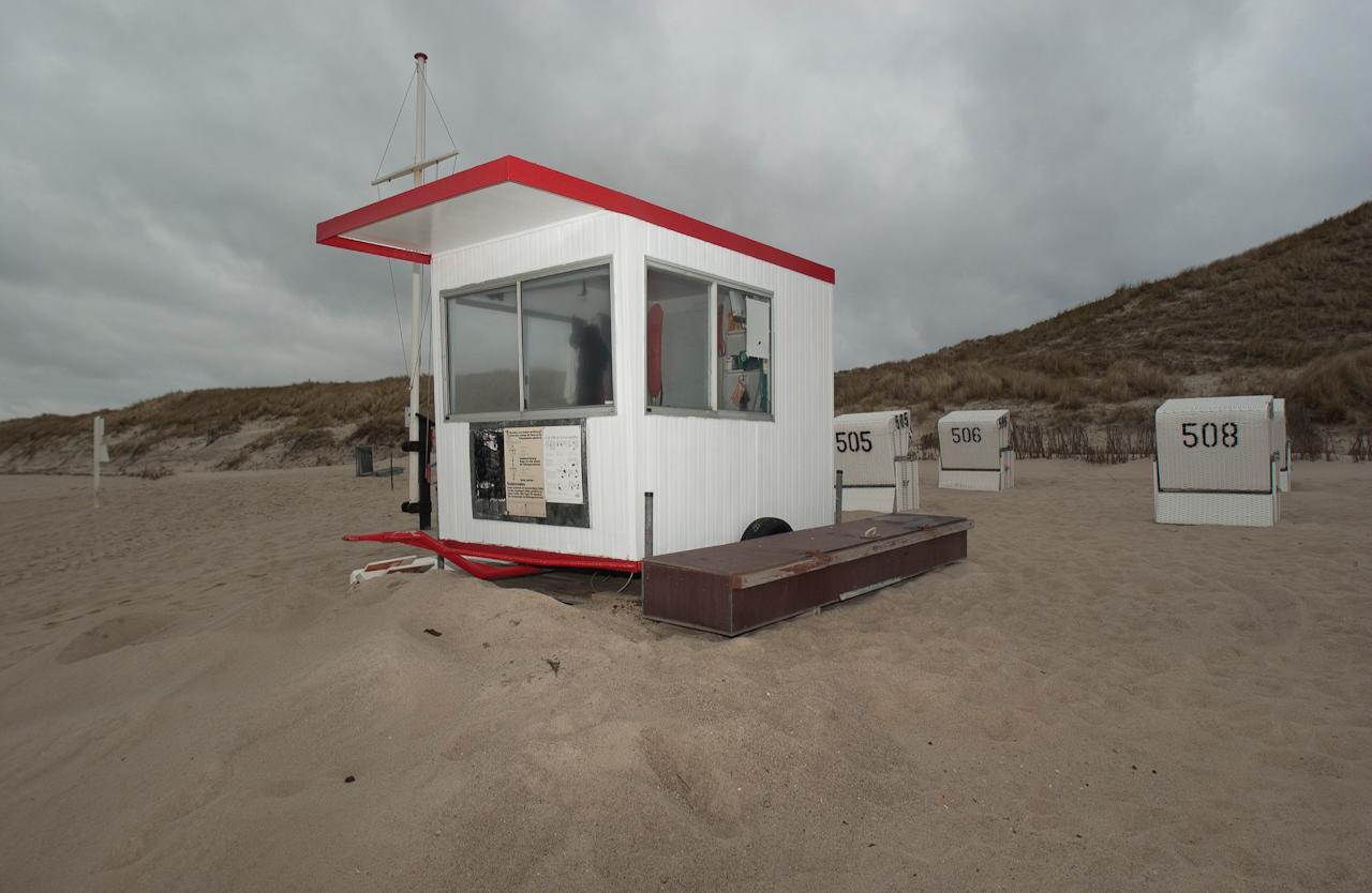 Der Rettungsschwimmer-Karren auf Sylt ganz im Norden am Lister FKK Strand an der Westseite sieht bezogen aus. Das Inventar deutet darauf hin, dass hier bei besserem Wetter auch schon vor dem 7. Mai im Fruhjahr 2010 kontrolliert gebadet wurde.