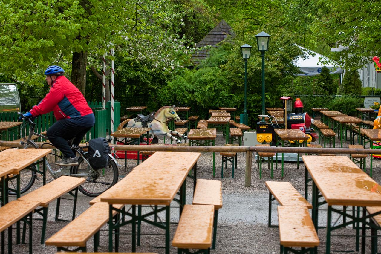 """Mein Thema: Fruhlingsgärten in Südbayern Aber an diesem Morgen des  7. Mai regnet es dauerhaft.  Ich beschließe, erst mal einen Frühlingsbiergarten zu fotografieren. Dieser Biergarten """"Aumeister"""" liegt im Norden des englischen Gartens in München. Es ist früher Freitagmorgen. An einem schönen Freitagabend ware dieser Biergarten vollbesetzt mit Menschen.  Ein schöner fotografischer Kontrast zum verregneten Morgen. Leider lasst die Wettervorhersage keine Hoffnung auf ein Nachlassen des Regens zu."""
