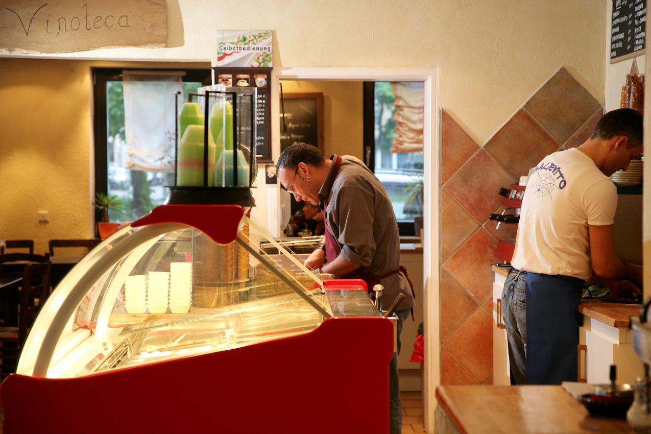Restaurant Buongiorno Italia (Ciabatteria, Enoteca und Eis-Cafe) in Erlangen, Obere Karlstrasse 34, Kellner Antonio (links) bei der Zubereitung einer Antipastplatte, Roberto Particolare (rechts,Bruder des Mitinhabers Fernando Particolare) Aushilfsweise beim Geschirr reinigen.
