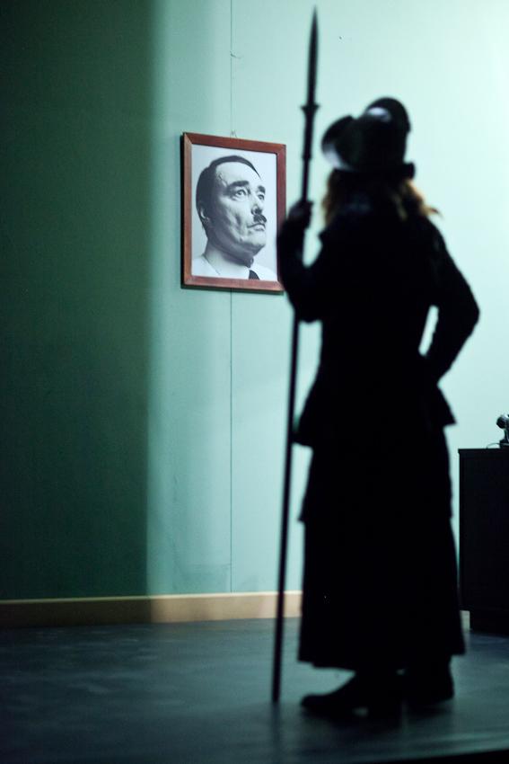 """Abendvorstellung von """" Sein oder Nichtsein """" nach dem Film von Ernst Lubitsch am Staatsschauspiel Dresden, grosse Buehne. Backstage fotografiert von der Nebenbuehne aus. Freitag, 7. Mai 2010, 20.09 Uhr.  Hier der Schauspieler Torsten Ranft als Gruenberg der hier eine Nebenrolle in Shakespeares Hamlet spielt wartet in den Kulissen auf seinen Auftritt."""