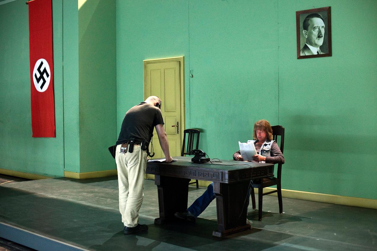 """Abendvorstellung von """" Sein oder Nichtsein """" nach dem Film von Ernst Lubitsch am Staatsschauspiel Dresden, grosse Buehne. Backstage fotografiert von der Nebenbuehne aus. Freitag, 7. Mai 2010, 21.06 Uhr. Zwei Buehnearbeiter studieren waehrend der Pause die Umbauplaene."""