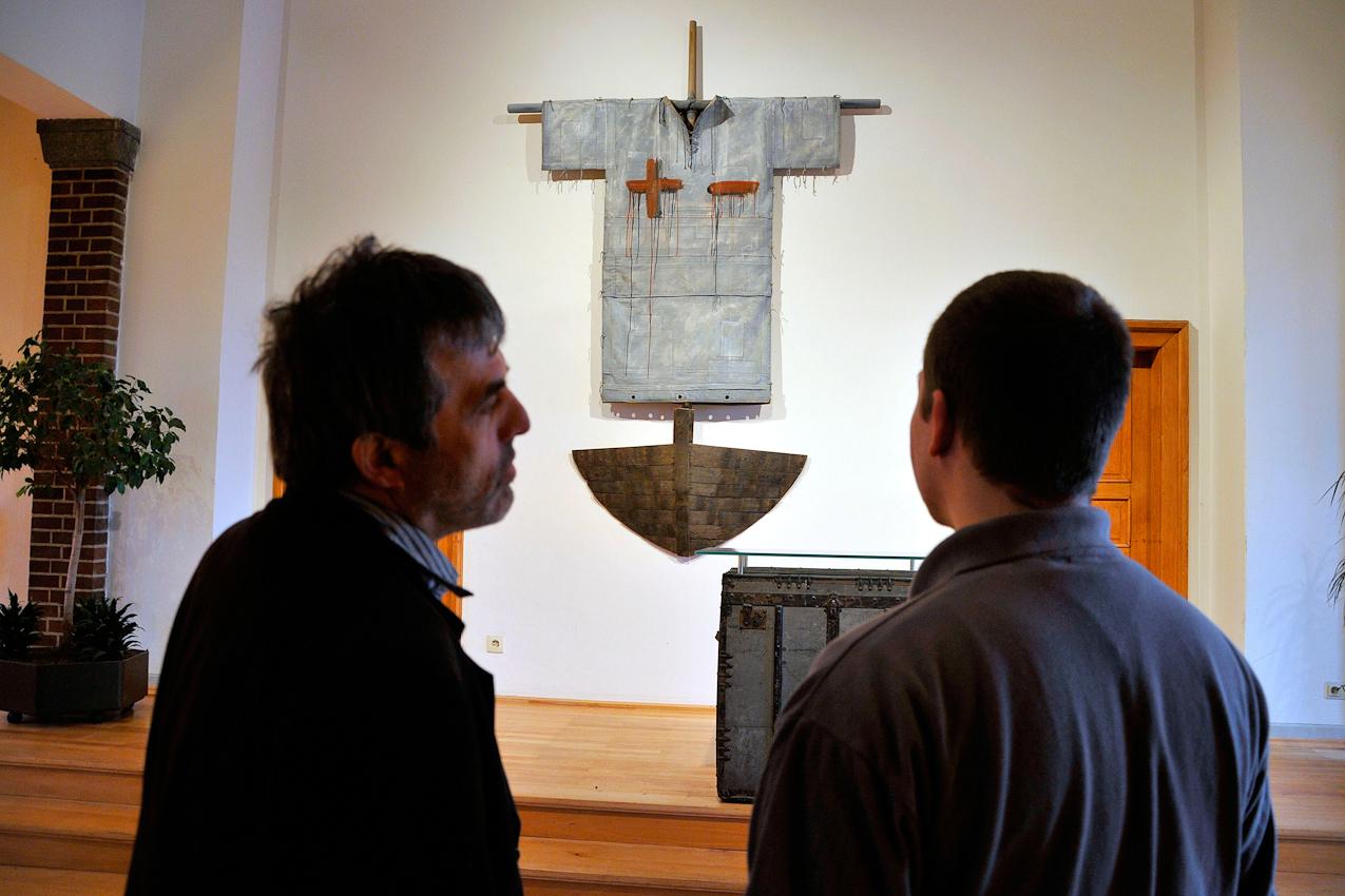Knastchef Karl Schwers und Mario M. in der Anstaltskapelle. Auf dem Kreuz: Plus und Minus. Das Motto: Alles steckt in allen.