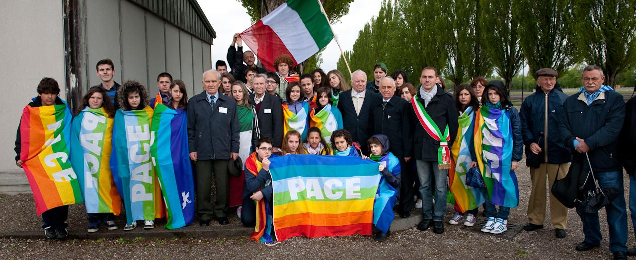 Am 2. Mai 1945 wurde das KZ Dachau von amerikanischen Truppen befreit. Der Förderverein fur internationale Jugendbegegnung und Gedenkstättenarbeit e.V. organisiert jedes Jahr den Besuch ehemaliger KZ-Häftlinge in Dachau.  Vasilij Nowak (85), Anatolij Sawitschew (83), Alexey Lutij (85) und Aleksandr Kulinitsch (84) aus der Ukraine posieren fur ein Gruppenbild mit einer italienischen Schulklasse.