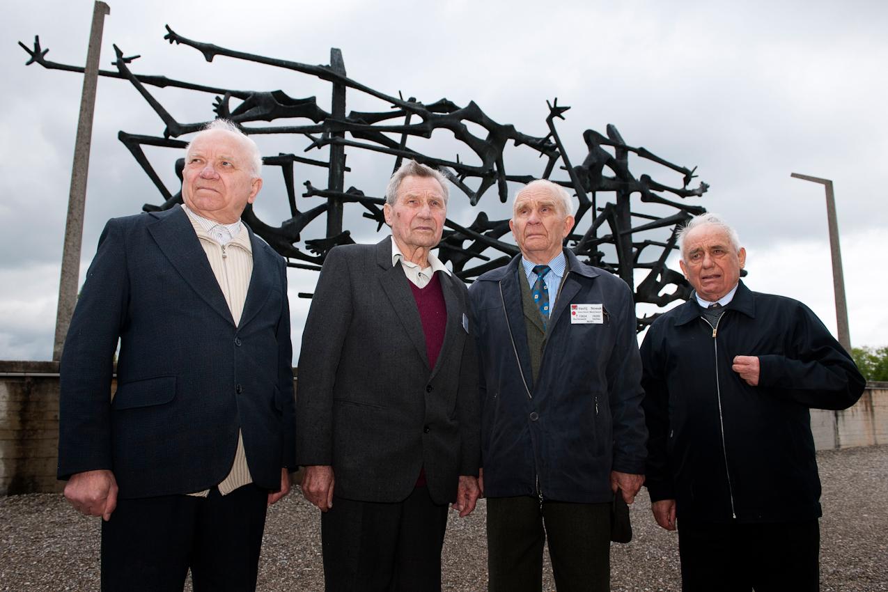 Am 2. Mai 1945 wurde das KZ Dachau von amerikanischen Truppen befreit. Der Förderverein fur internationale Jugendbegegnung und Gedenkstättenarbeit e.V. organisiert jedes Jahr den Besuch ehemaliger KZ-Häftlinge in Dachau.  Alexey Lutij (85), Anatolij Sawitschew (83), Vasilij Nowak (85) und Aleksandr Kulinitsch (84) aus der Ukraine vor dem Mahnmal der Opfer des Nationalsozialismus im KZ Dachau
