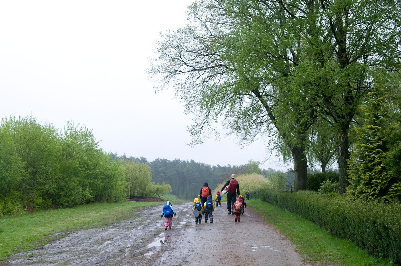 """8:21 Uhr. Es ist regnerisch heute morgen. Die """"Igel""""-Gruppe des Waldkindergartens Buxtehude zieht los. Die Muttis bleiben am Treffpunkt zurück und sind irgendwie froh, bei dem Sauwetter nicht vier Stunden draußen sein zu mussen. Den Kindern ist es egal. Heute kommen die Regenwürmer raus."""