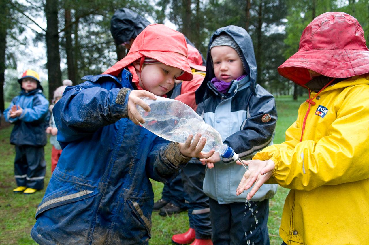 """10:05 Uhr. Waldkindergarten Buxtehude. Die Frühstuckszeit wird mit Händewaschen eingelautet. Alle Mann in einer Reihe aufstellen und die Hände mit Lavaerde reinigen. Heute ist Paul der """"Wassermeister"""". Die sauberen Hände werden bei """"Handtuchmeister"""" Mailin abgetrocknet. Danach beginnt der Frühstuckskreis. Trotz des Regens haben die Kinder sich für ein Frühstuck im Freien entschieden."""