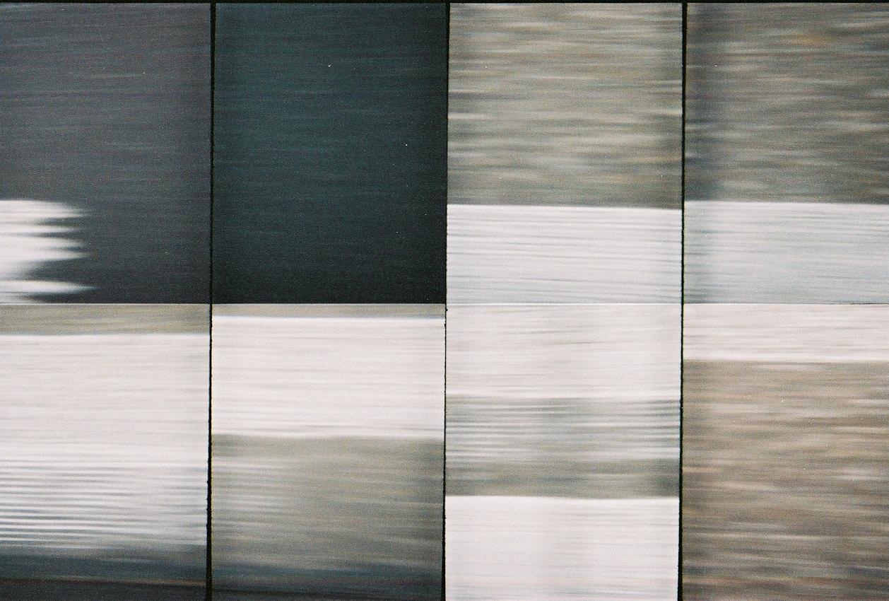 Ein Roadmovie in 8 Bildern - zweieinhalb Sekunden Deutschland: Unterwegs auf der Autobahn 45 an einem trueben Tag. Der Blick des Beifahrers aus dem Seitenfenster wird von der rythmischen Abfolge wechselnder Fahrbahnmarkierungen angezogen und verliert sich darin.  Analoge Charakteristik ist beabsichtigt. Lomografie mit Oktomat (8-fach Bild).