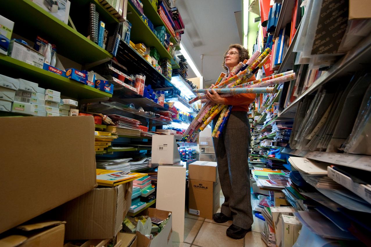 Schroeren - der Schreibwarenladen als wichtige und liebgewonnene Austauschbörse des Ortes - für Neues und Altes, Wichtiges und Unterhaltsames, wer mit wem, was wann und warum. Da der Laden kein Lager hat ist er fast immer bis oben hin voll gestellt mit neuen Lieferungen - einer Art kreativem Chaos mit eigener Ordnung. Barbara ist die Seele des Ladens und wäre um ein Haar die grüne Bürgermeisterin von Inning geworden.  Inning, 7. Mai 2010; 15:00 Uhr.