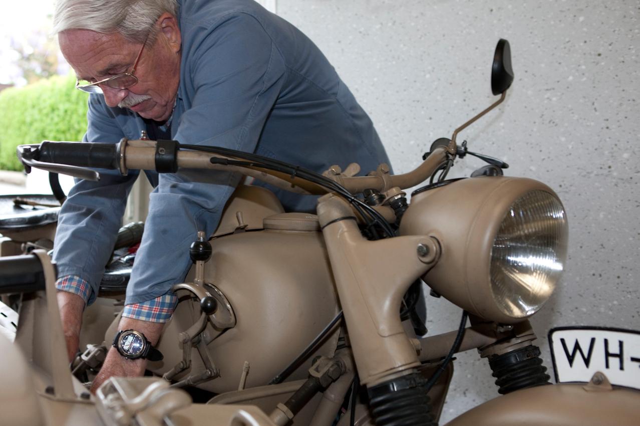 Heinz Koch schraubt an seiner BMW R75-WH, Baujahr 1942 um 18:22 Uhr in seiner Garage in der Lindenstraße.
