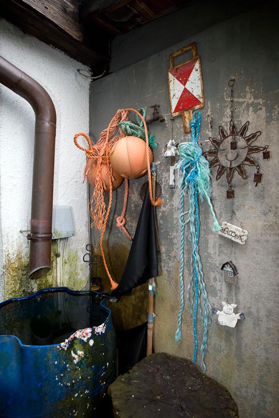 Souvenirs am Gartenschuppen von Sylvia H.. Kleingartenverein Tarpenhoh in Hamburg-Niendorf, 7. Mai 2010