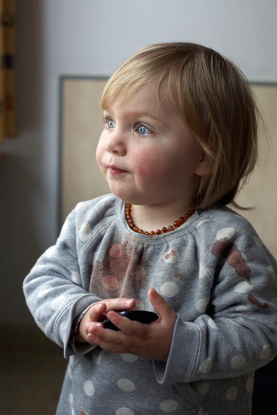 Ich war gerade am Fotografieren fur mein Thema 'Ein Tag Deutschland' als der Anruf kam. Meine Tochter war gestürzt und hatte sich so stark in die Zunge gebissen, dass sie unter Vollnarkose genäht werden sollte. Natürlich bin ich sofort ins Krankenhaus gefahren. Dieses Foto zeigt Lucy kurz vor der OP.