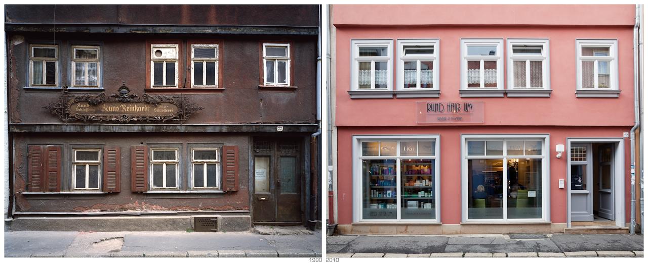 """""""Wendezeiten"""", 1990 Schmiede - 2010 Friseur; Aufnahmeorte der Architekturdokumentation aus dem Jahr 1990 """"Alltagsarchitektur in der DDR - 40 Jahre Werterhaltung"""" im Mai 2010 wieder aufgesucht und möglichst von dem gleichen Standpunkt aus das Bild neu fotografiert, um so den direktesten Vergleich herstellen zu können. Die Bildpaare machen die Veränderung in diesen 20 Jahren deutlich. Ob es nun besser oder schlechter geworden ist, mag der Betrachter selbst beurteilen."""