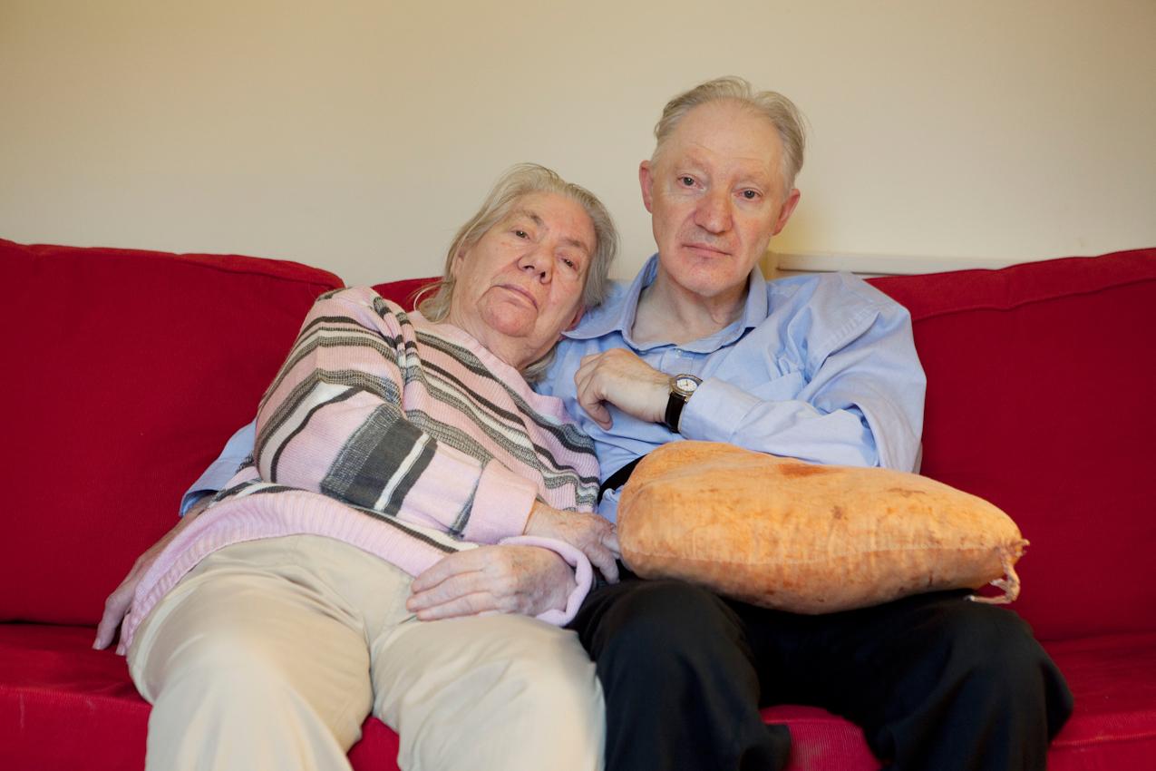 """<p>Kathe Schnoor und Gert Rittins haben sich auf der """"Tulpe"""", der gerontopsychiatrischen Station des Stadtdomizil in Hamburg, kennen und lieben gelernt. Seitdem verbringen sie viel Zeit aneinander gekuschelt oder Hand in Hand spazierend miteinander. Mit Ausnahme der Ausflüge, die Herr Rittins gelegentlich noch selbstandig unternimmt, sind die beiden praktisch unzertrennlich.</p>"""