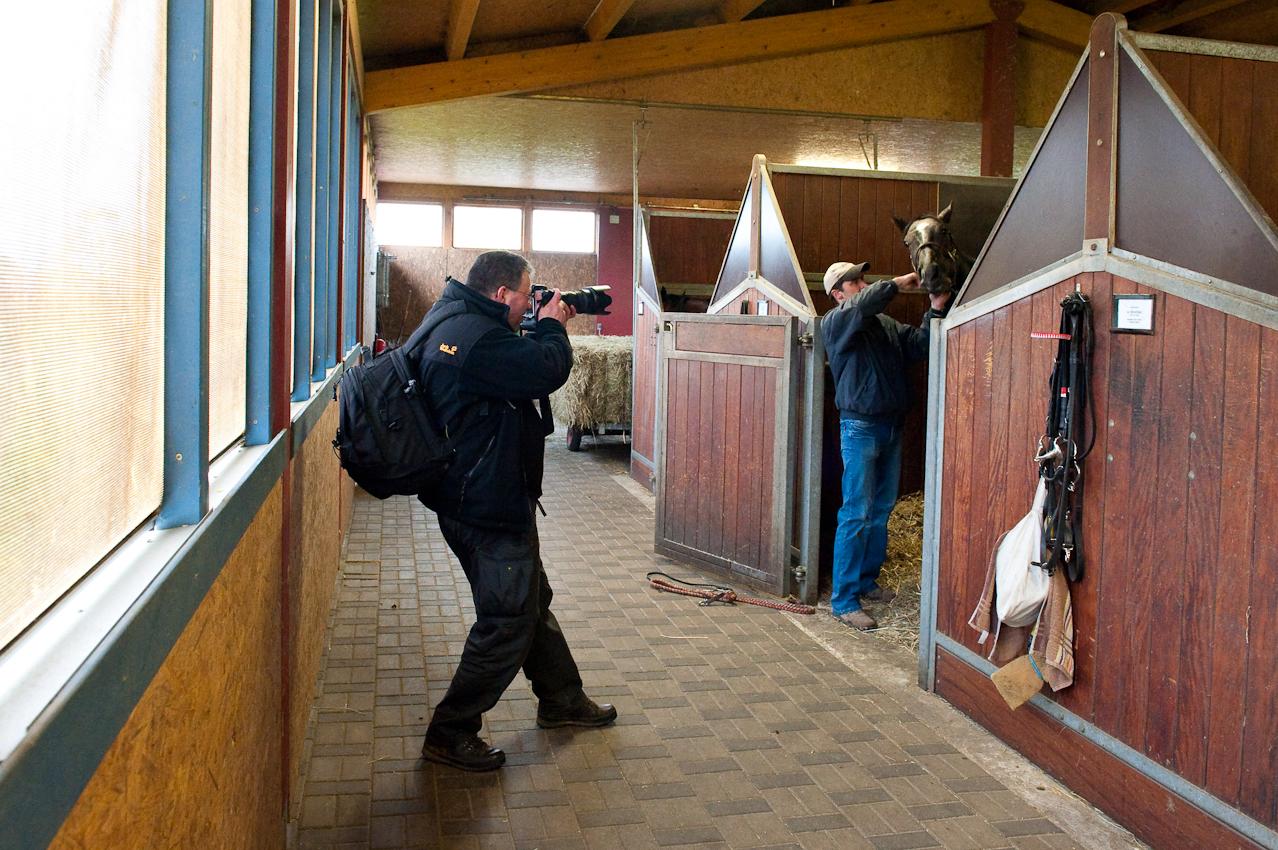 """[Warendorf (07.05.2010)] Der Fotojournalist Hauke Hass waehrend einer Fotodokumentation am 7. Mai 2010 über den Galopp-Renntrainer Torsten Mundry im Galopp-Trainingszentrum Warendorf im Rahmen des Freelens-Projektes """"Ein Tag Deutschland"""""""