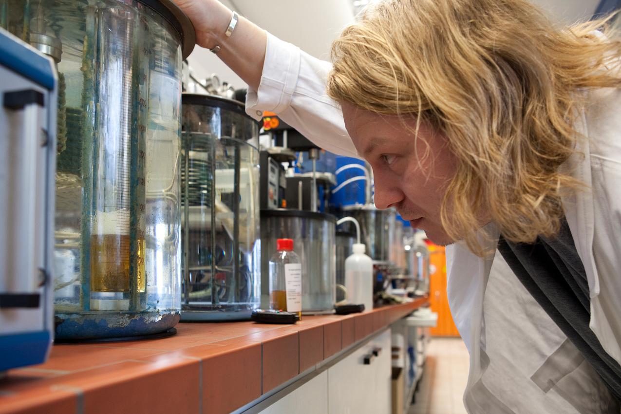 Bevor das recycelte Öl in große Lagertanks gepumpt wird, analysiert der Laborant Michael Engelhardt es mit moderner Labortechnik und traditionellen Verfahren.