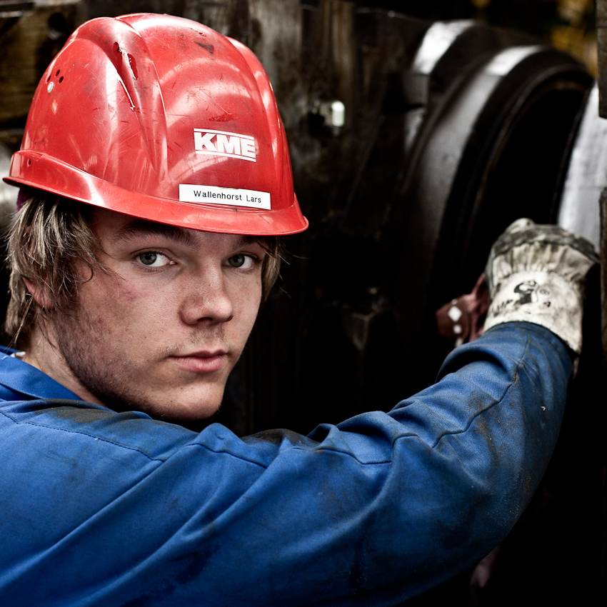 KME Germany ist einer der weltweit größten Hersteller von Erzeugnissen aus Kupfer und Kupferlegierungen. Das Werk in Osnabrück wurde 1873 als Draht- und Stiftfabrik Witte und Kämper in Osnabrück gegründet. Lars Wallenhorst bei der Reparatur eines riesigen Kugellagers. Das Foto entstand am 7. Mai um 10.24 Uhr im Warmwalzwerk der KME Germany Osnabrück.