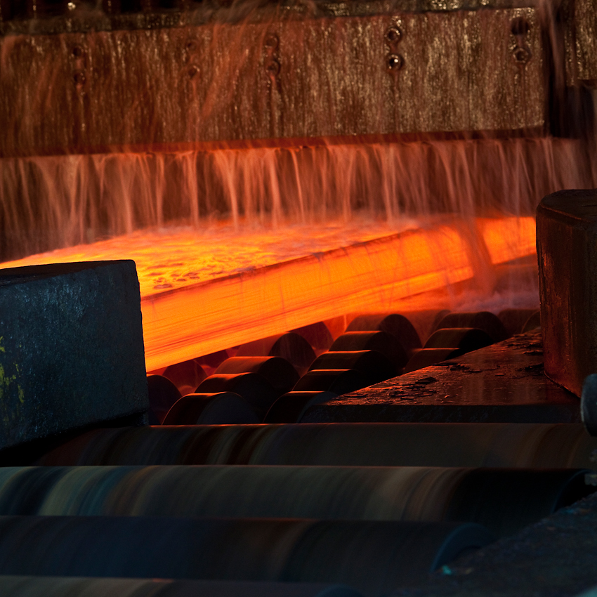 KME Germany ist einer der weltweit größten Hersteller von Erzeugnissen aus Kupfer und Kupferlegierungen. Das Werk in Osnabrück wurde 1873 als Draht- und Stiftfabrik Witte und Kämper in Osnabrück gegründet. Das Foto zeigt ca. 1000 Grad heißes Kupfer im Warmwalzwerk. Hier wird das Kupfer bei einem Walzgang um 30 mm flacher gewalzt. Das Foto entstand am 7. Mai um 9.50 Uhr im Warmwalzwerk der KME Germany, Osnabrück.