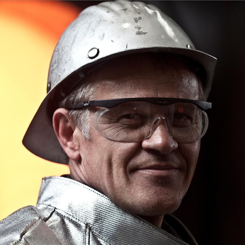 KME Germany ist einer der weltweit größten Hersteller von Erzeugnissen aus Kupfer und Kupferlegierungen. Das Werk in Osnabrück wurde 1873 als Draht- und Stiftfabrik Witte und Kämper in Osnabrück gegründet. Das Foto zeigt einen Arbeiter vor dem Hochofen in Hitzeschutzkleidung. Das Foto entstand am 7. Mai um 11.05 Uhr.
