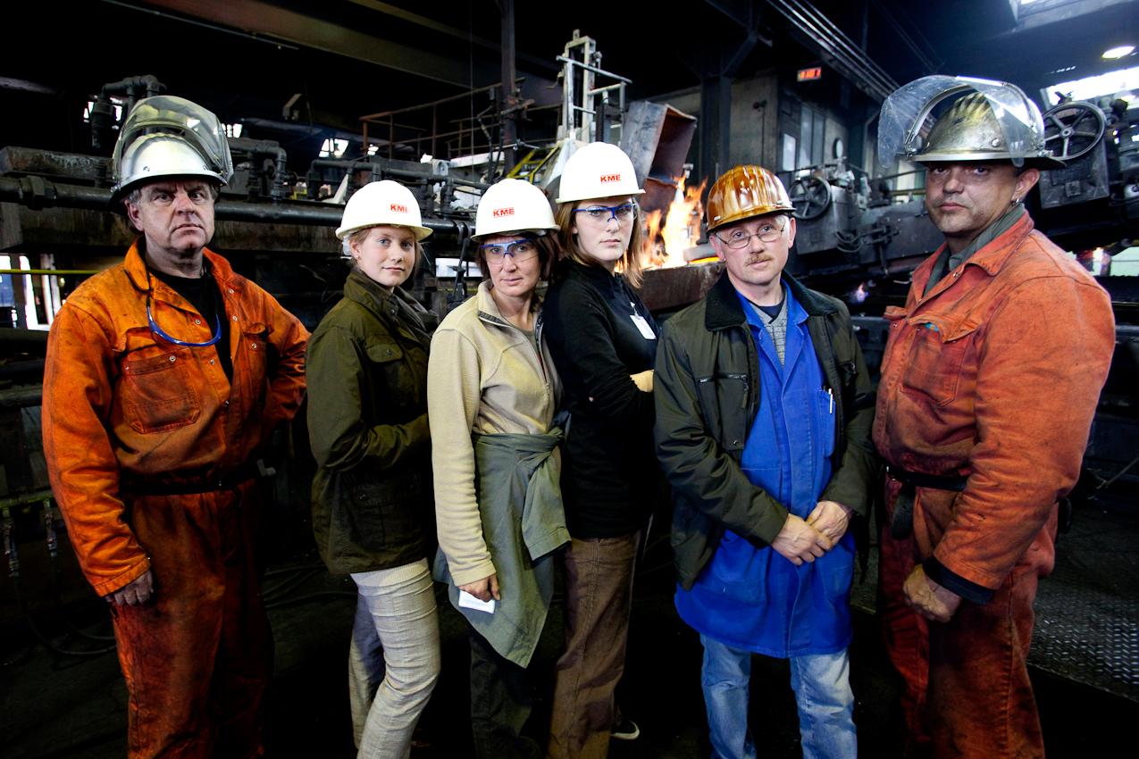 KME Germany ist einer der weltweit größten Hersteller von Erzeugnissen aus Kupfer und Kupferlegierungen. Das Werk in Osnabrück wurde 1873 als Draht- und Stiftfabrik Witte und Kämper in Osnabrück gegründet. Das Foto zeigt Katharina Kerstin, Christa Henke, Laura Bönninghausen, Kurt Daniels eingerahmt von zwei Arbeitern in der Gießerei der KME Germany in Osnabrück