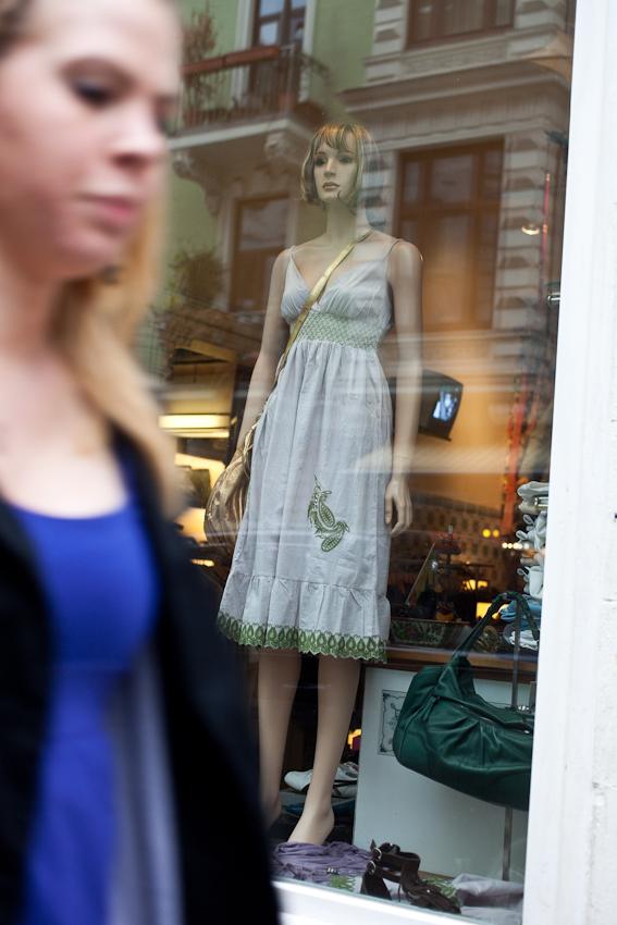 """Das Schanzenviertel in Hamburg ist wohl mit das angesagteste Quartier in Deutschland. Einst ein Refugium fur alternative Lebensformen und Ort autonomer politischer Organisation hat es sich mittels staatlicher Umstrukturierungsprogramme zum Ausgeh- und Shopping Paradies entwickelt. Wer heut zu Tage etwas auf sich hält, geht in """"Die Schanze"""". Shopen, Shopen, Shopen. Aber glücklich macht das scheinbar nicht alle, auch wenn die Auslagen der Geschäfte in der Susannenstraße noch so hippe Klamotten anbietet."""