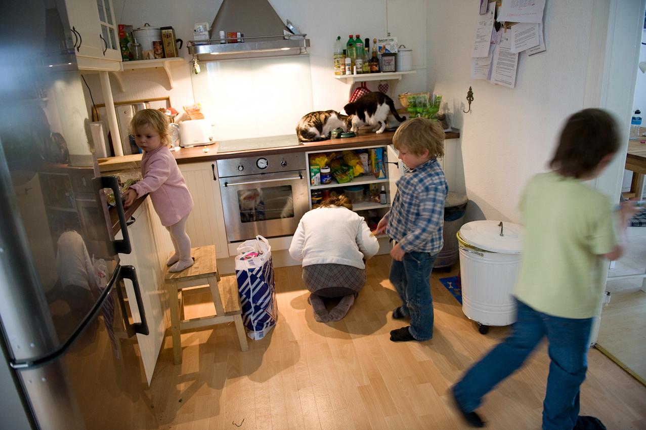 Steffi ist vom Einkaufen zurück gekommen und packt Sachen in der Küche aus. Wenn sie kurz unterwegs ist, passen die älteren Geschwister auf Josefine auf, sonst nimmt sie die Zweijährige mit. Alle passen aufeinander auf, die Kinder werden in der Gemeinschaft schnell selbständig und ubernehmen viele Aufgaben.