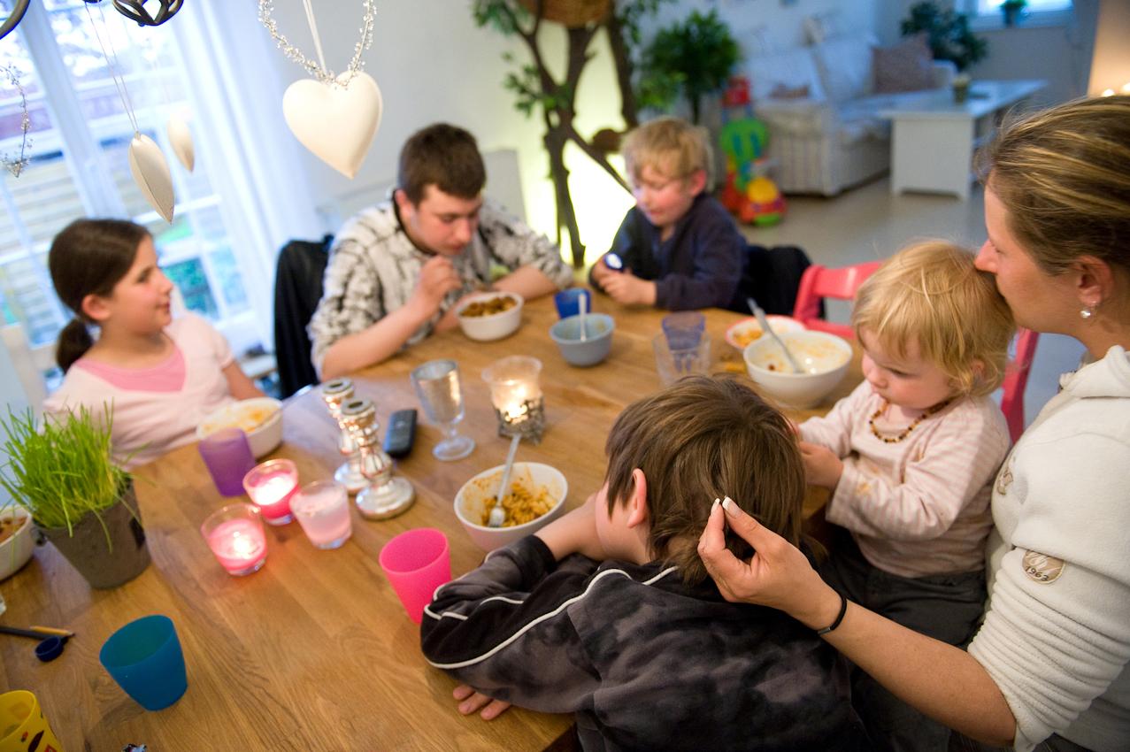 Familie Töpfer beim Abendessen. Vater Frank hat Wechselschicht und ist gerade bei der Arbeit, Lennard (12 Jahre) ist noch bei einem Freund. Sie essen selten zusammen am Tisch, weil alle zu unterschiedlichen Zeiten nach Hause kommen. Wenn die Kinder zwischendurch Hunger haben, holen sie sich Joghurt aus dem Kühlschrank, machen sich Müsli oder essen Josefines Süssigkeiten auf und sagen dann, dass sie es war.